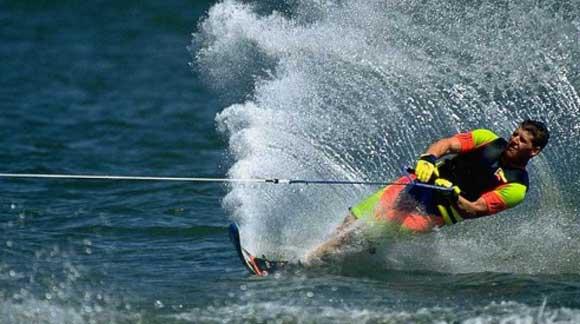 Conseils pratiques et techniques pour débuter le ski nautique