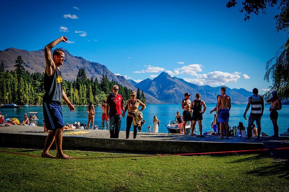 Le slackline: un sport qui attire de plus en plus de monde