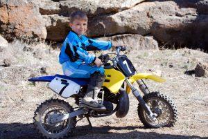 enfant sur une moto
