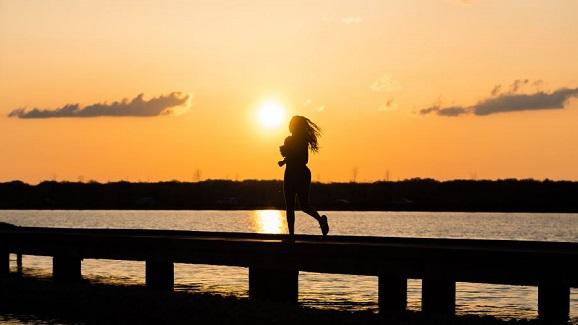 Choisir une lampe frontale pour un jogging de nuit
