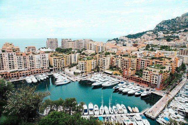 Faut-il plutôt louer un yacht ou un catamaran pour vos prochaines vacances à Monaco ?